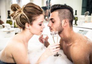 Die Damen im Saunaclub wollen auch, dass du dich wohlfühlst. Die kommen meist nach einem kurzen Blickkontakt zu dir und leisten dir Gesellschaft, bevor es intim wird. © oneinchpunch – istockphoto.com